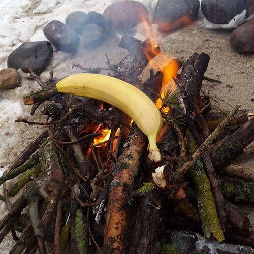 Мечта идиота Жарим банан на костре👏😅 банан костерок жаренныйбанан способсогреться