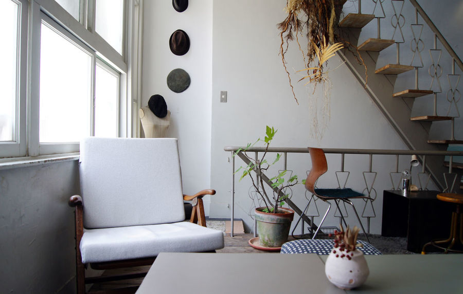 台南老街裡,正上演著關於藝術家新作品發表,來參與的人們,有些在一樓靜靜的欣賞著作品,一些則在二樓喝著茶 或 咖啡,想著,就這樣吧,時間就停留在這吧。 More Detail:https://goo.gl/XZGwaI Dried Flowers Sunlight Tainan Breaktime Caffee Caffee Shop Chair Gentle Japanese Style Soft Table Taiwan Time White Windows 中西區 台南 台灣
