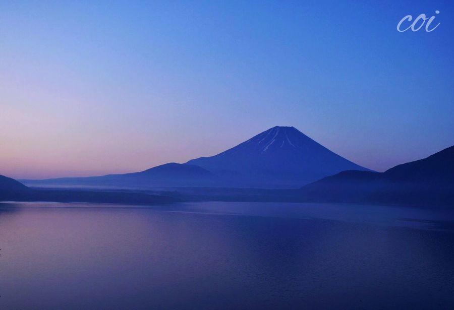 Landscape Hello World Traveling 絶景 Mt'Fuji Sun Light Beautiful Nature 富士山 本栖湖 夜明け前の富士山を見たくて、車を走らせたけど…少し遅くて、でも誰もいない…鳥のさえずりの中、富士山に語りかける。澄んだ湖面が美しく輝き始める。