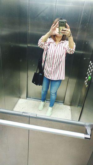 When youre trying to see yourself😀😀 Elevatorselfie GoingOut Withfriends Happyeidmubarak2017 Summer Kuwait❤