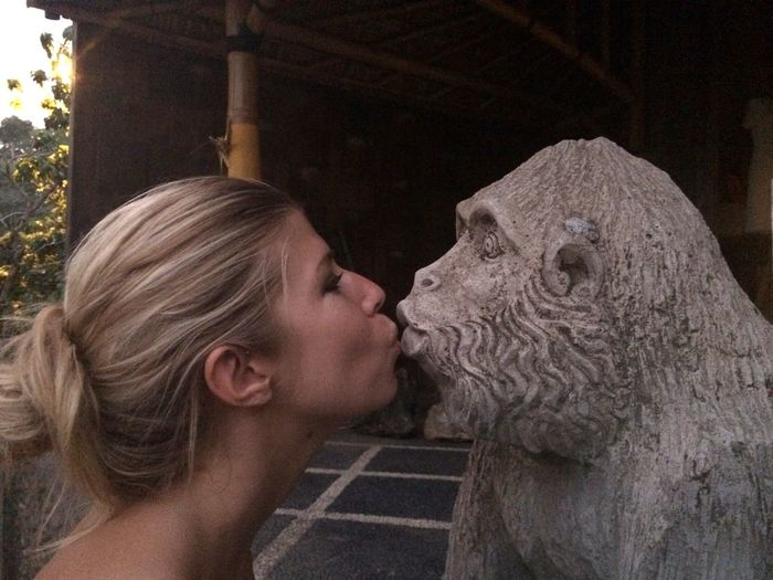 Kiss Kisses FrenchKiss  Frenchgirl Lips Monkey Statue Sculpture Kiss The Moment Love Girl Woman Women Of EyeEm Woman Portrait Woman Power In Love Kisses❌⭕❌⭕ Kiss Kiss Kiss Me Kissing Fun Funny FUNNY ANIMALS Funtimes Monkey Forest