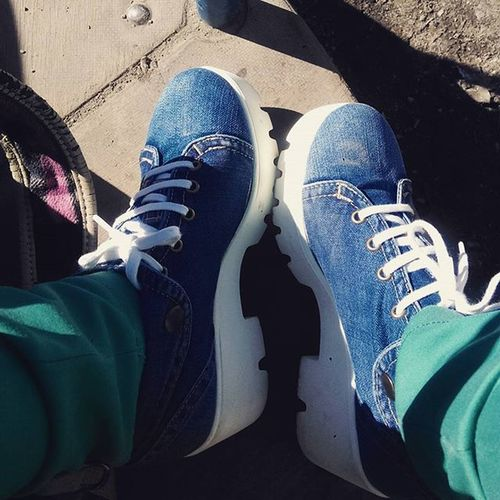 Гуляю скучно наулице туфли джинсы Джинса белыешнурки белаяподошва Shoes Boring Outhouse Walking Jeans Whiteshoelaces