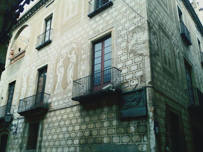 Barrio Gótico. Architecturephotography Barcelona Fachada Edificios Singulares Photography Pictures City City Street Street Art Barcelona, Spain Barcelonacity City View  Architecture_collection Architectural Detail Fachada Y Escultura
