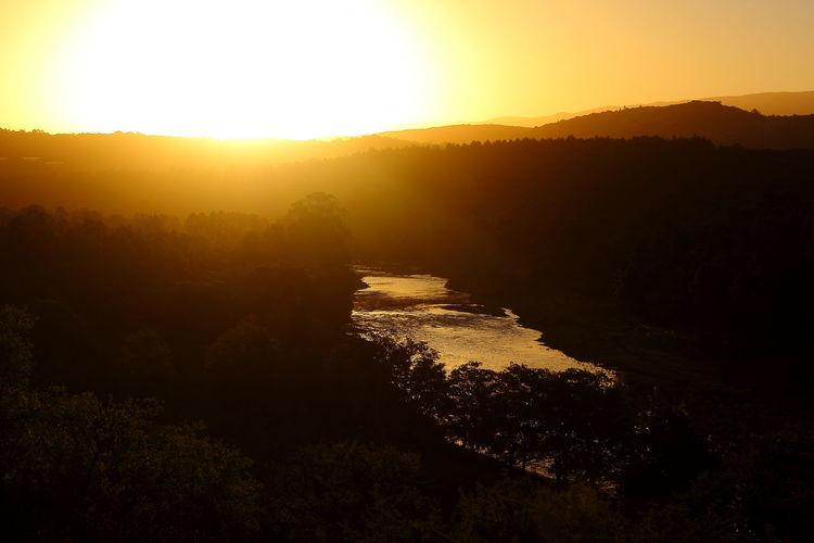 atardecer en las montañas junto al río River Forest Sun Horizon Over Water Sunset Outdoors No People Sky Gold Colored Illuminated Mountain Landscape Nature Tree Space