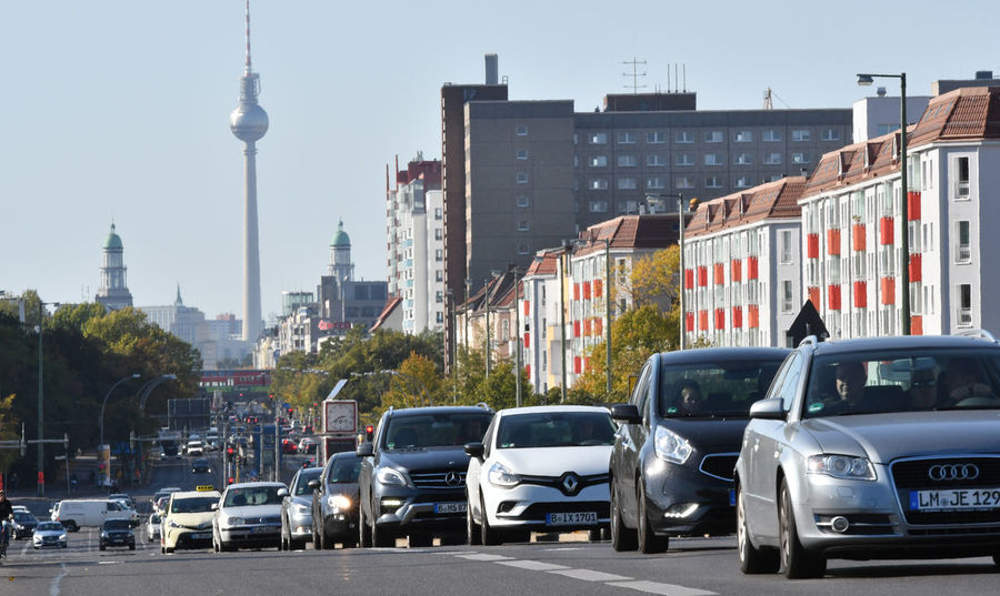 Straßenverkehr Trafic Abgase Automobile Cars Fernsehturm Berlin  Lichtenberger Brücke Rush Hour Architecture Auto Automotive Car City Mehrspurig Mode Of Transportation Motor Vehicle Pkw Rushhour Trafic Transportation