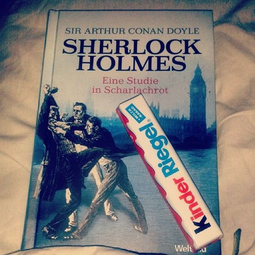 Den Tag mit ein gutem Buch und Kinderriegel ausklingen lassen ♥ ich liebe die Sherlock Holmes Reihe ♥ besitze sie jetzt alle muhahaha ;) Kinderriegel Sherlockholmes London Bakerstreet drwatson studieinscharlachrot gemütlich