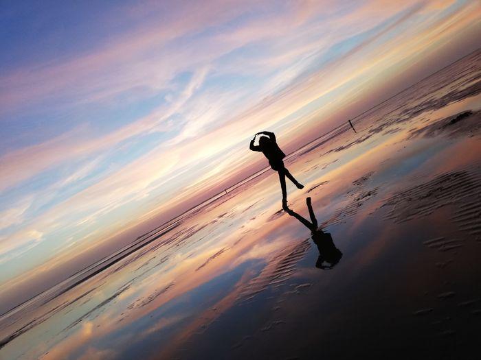 Summer Strand Sommer Himmel Farbenexplosion Romantik Sonnenuntergang Nordsee Kein Filter Rømø Pirouette Dance Tanzen Schatten Shadow Schattenspiel  Himmel No Filter Meer Sun Sportsman Sand Dune Athlete Endurance Desert Sport Sunset Exercising