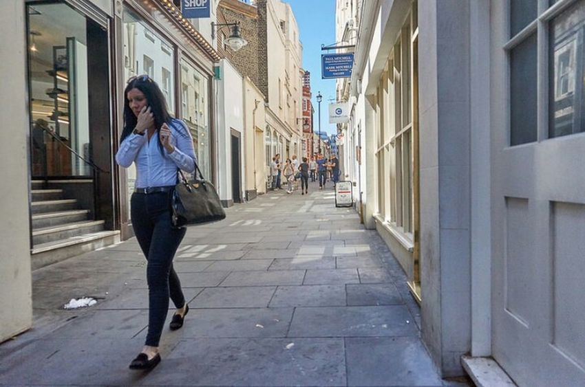 Building Exterior Street City Casual Clothing Outdoors Footpath Diminishing Perspective Fitzrovialitter LONDON❤ Londonstreets Candid Photography Street Photo Streetphotography Street Photography London London London!!! Jeans Girl Streetlife City Street Long Hair Urban Life Streetphoto Candidshot London Streets London Calling