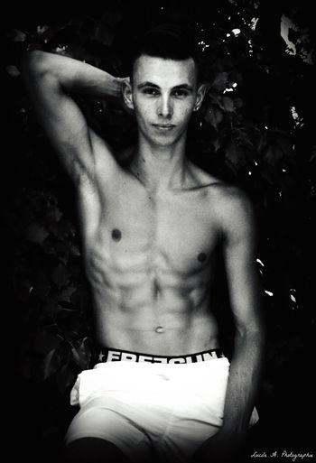 Christophe. Muscle Noir Et Blanc Feuilles Lucileaphotographie