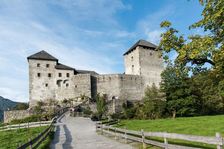 Aussenansicht Burg Burg-Kaprun Himmel Pinzgau Salzburger Land Spätsommer  Wolken Architektur Kaprun Österreich