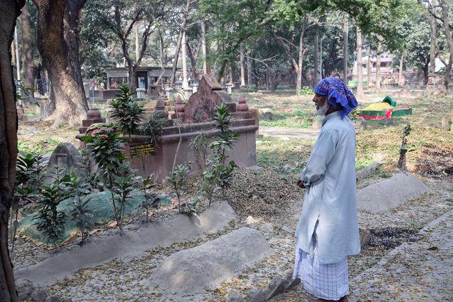 Muslim cemetery in Kolkata, West Bengal, India ASIA Burial Buried Calcutta Cemetery Funeral Grave Gravestone Graveyard India Islam Islamic Kolkata Memorial Muslim Pray Religion Religious  Sacred Tomb Tree West Bengal Worship