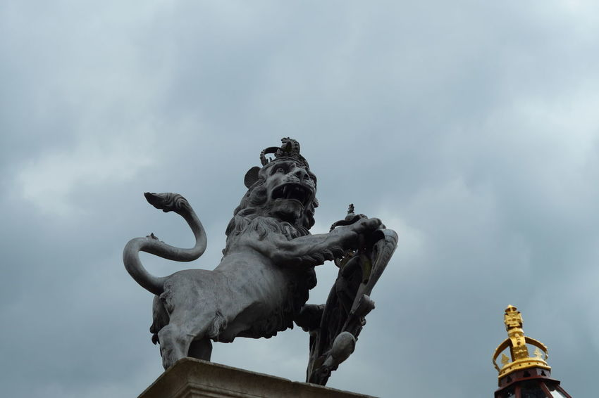 Britain Cloud - Sky Crown EyeEmNewHere Hampton Court Palace Lion Royal Sculpture Statue