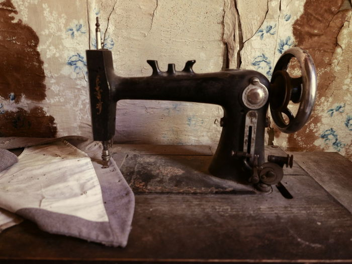Business Stories Abandoned House Abandoned Places Old Sewing Machine Sewing Sewing Machine Abandoned Ghost Town Old House Rusty Urbanphotography