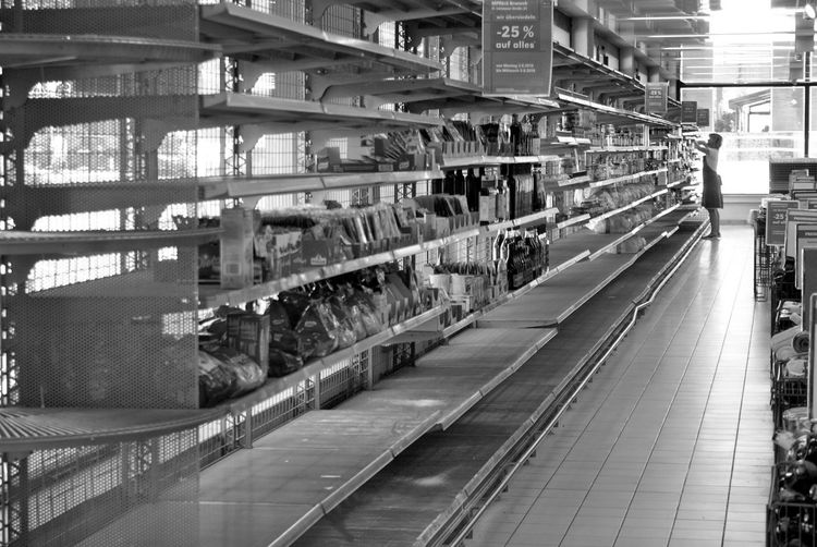 Learn & Shoot: Leading Lines Open Edit Supermarket Woman Working Discount Blackandwhite Quantität Monochrome Photography Black And White Friday