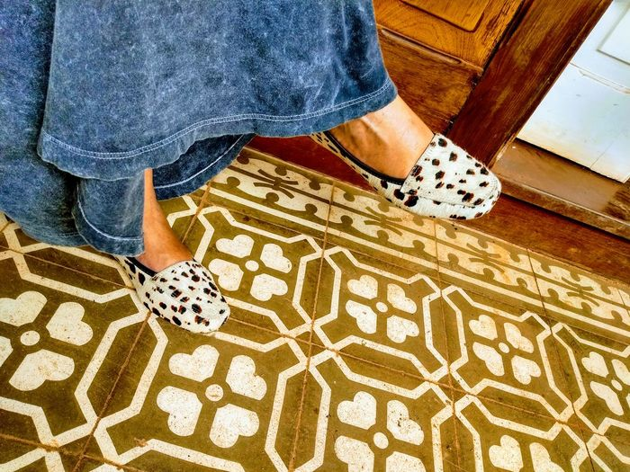 Espera Low Section Standing Men Women Human Leg Shoe Pattern High Angle View Jeans Human Foot