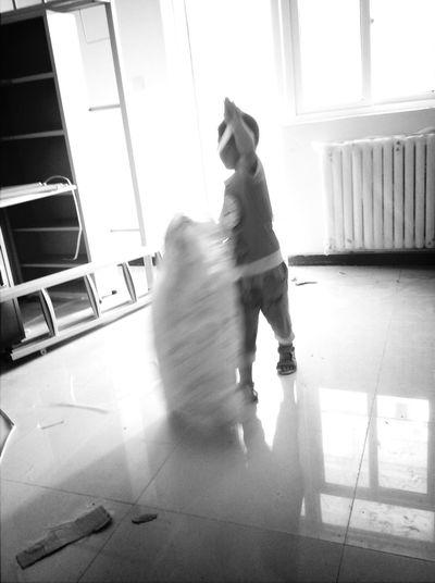 跟着爸爸一起在工地上劳动的小童工