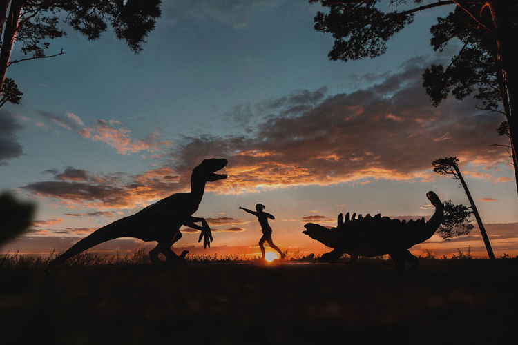 A woman attacks a dinosaur with her fists