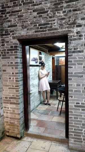 站在房里看书的女人 家居 乡村 民俗 EyeEm Selects Full Length Young Women Standing Window Brick Wall Architecture