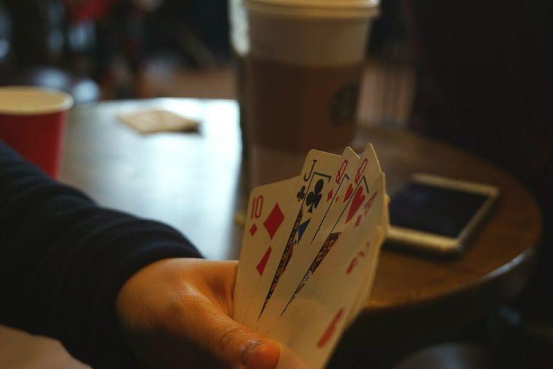 Play cards in Starbucks. Starbucks Fun Games Card Friends Outings  Gang Play Entertainment Chance Night Gambling Indoors  Luck Close-up Macro Shots Photography Gift Bokeh SonyAlpha6000 Sonyalpha 50mm
