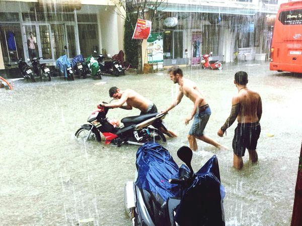 Alle scooter auf der straße mussten irgenwie in die hotels und shops gebracht werden haha :D Vietnam Backpacking BackpackersMemories Backpacker Taking Photos Have Fun More Rain Rain Huế Photography