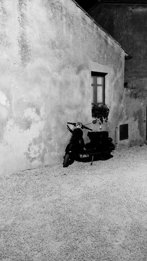 Dammi una vespa e ti porto in vacanza. No People Vespa Blackandwhite Secondeyeemphoto Tuscany Italy Beautifulplace Tranquility EyeEmNewHere