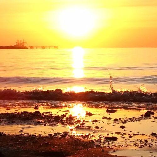 Hormozgan BandarAbbas Sky Sea Sun Irantravel Mustseeiran Seashore Good Morning Srna Photographer Nexus5 Persian Gulf December پاییز طلوع بندرعباس هرمزگان دریا ساحل صبح خوش خلیجپارستیابخونسرخعشق ۱۳۹۳/۰۹/۱۱ 2014/12/02