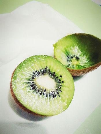 空的跟滿的 但其實都是切半的/都不完整可是各有特色/見微知著 Kiwi Fruit Sour Nice Healthy Mom's Love
