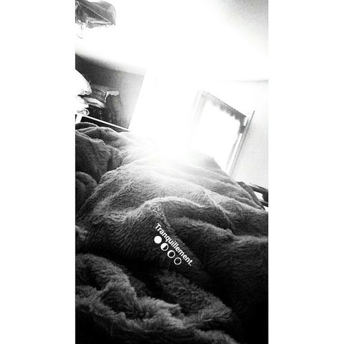 Tranquillement On My Bed Black White Blackandwhite Pensee Remiseenquestion Vivementledepart Marredesgens