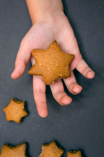 Childhood EyeEmNewHere Cookies Star Shape One Gift Christmas Time Food Delicious Gingerbread Cookie EyeEm Selects Human Hand Close-up Handful Advent Hand Finger Body Part Religious Celebration