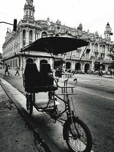 Taxi en cuba City Bicycle Carousel Road Cycling Sky Architecture Built Structure