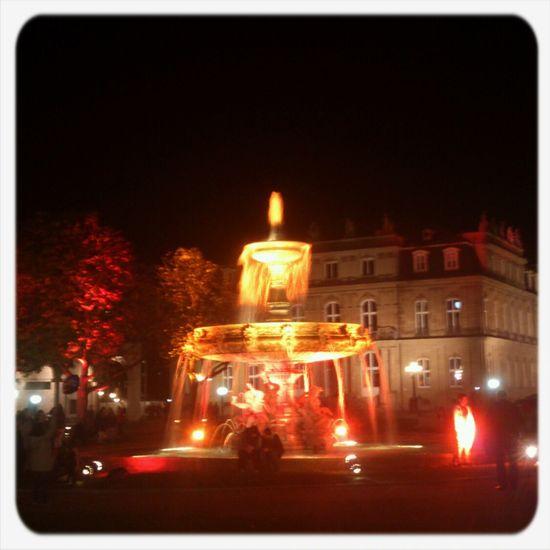 Schlossplatz überfüllt Leuchtet
