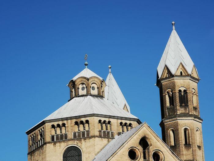 St. apostel kuppel vor strahlend blauem himmel