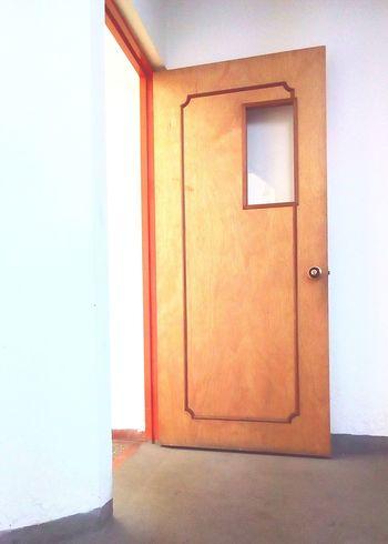 La puerta está abierta, entra o sale, pero nunca te quedes en la puerta. Door Architecture No People Built Structure Indoors  Close-up Day Cool EyeEm Gallery Belleza Beauty Puerta In Out EyeEm Eye4photography  Eyeemphotography