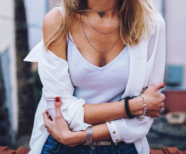Outfit of the day One Young Woman Only Copy Space Real People Lifestyles Accessoires Hands Fashion Elégance