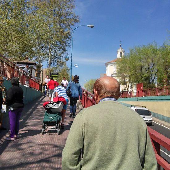 Entre la gente haciendo diligencias Leganés Madrid