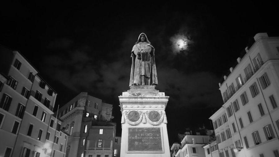 Luna e Libertà Giordanobruno Fredom Moon Blackandwhite Monochrome Photography Monochrome Streetphotography Statueofliberty Illuminated Open Your Eyes