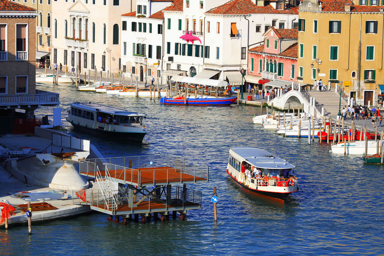 Boats on grand canal by buildings