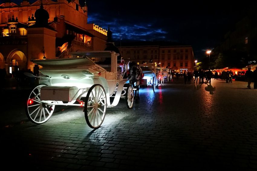 Night Illuminated Town Square Outdoors Cracovia  Rynek Główny Nightlife Night Lights P9photography P9 Horses Calesse Cavallo Eyem Gallery Eyemphotography Eyem Best Shots