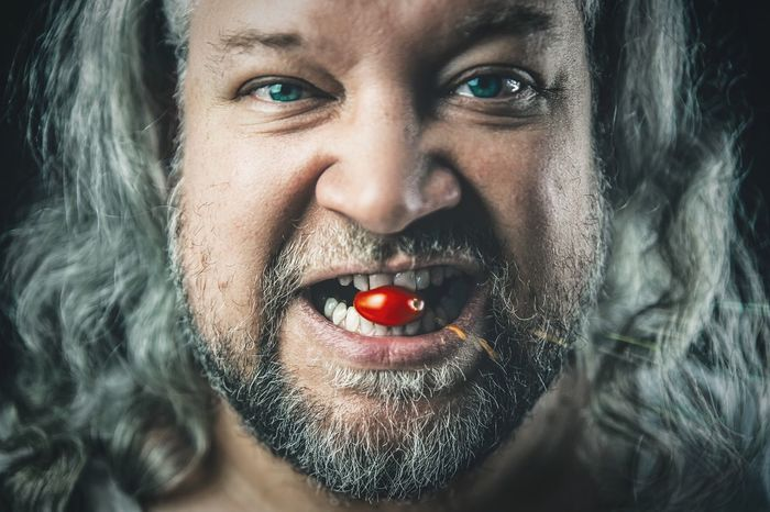 All natural Langehaare Beard BART Grauhaarig Grauehaare Grau Greyhair  Grey Haired Food Tomatoes Tomato Portrait One Person Looking At Camera Close-up Headshot Human Face This Is Natural Beauty Mid Adult Studio Shot Indoors  Front View Black Background Lifestyles Eye
