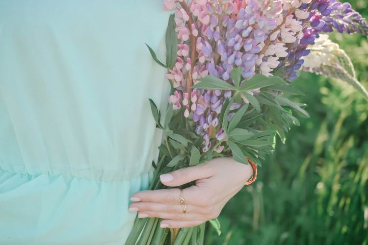 EyeEm Best Shots EyeEm Nature Lover Young Women Flower Collection Bouquet Human Hand Flower Summer Social Issues Pink Color Close-up Plant In Bloom Flower Head Blooming Cosmos Flower