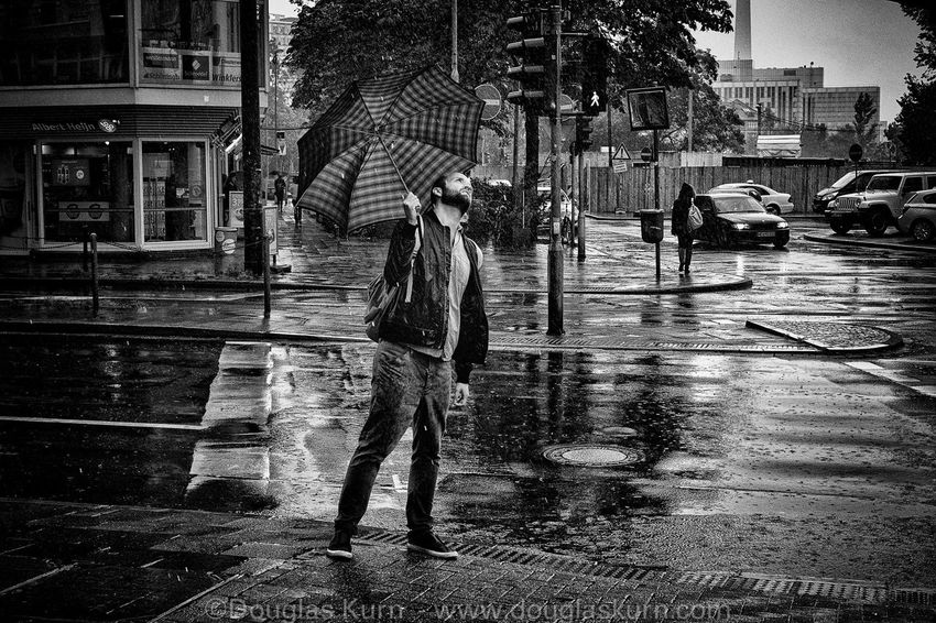 Streetphotography monochrome Düsseldorf rain umbrella wet