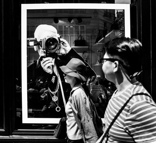 Haute Couture Modeschöpfer Designer4life Designer  Paris Occupation Camera - Photographic Equipment Street Photography Streetphoto_bw Streetphotography Fashion Karl Lagerfeld Hommage Chanel