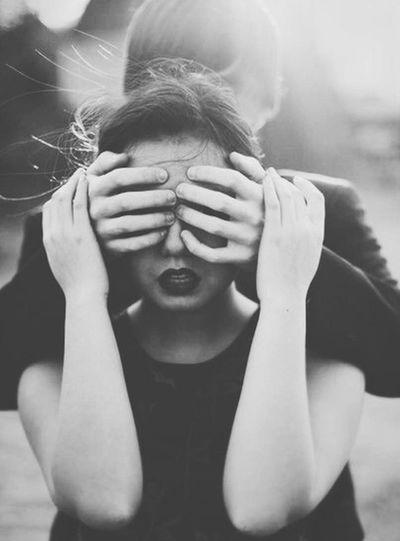 Если вам удастся найти кого-то, с кем вы можете обняться и закрыть глаза на весь мир, вам повезло — даже если это продлится всего минуту. ПатрикРотфусс ИмяВетра