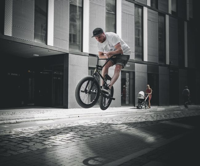 Bicycle Cycling Full Length Riding Transportation Men Skill  Day RISK Bmx Cycling Adult Motion One Person Outdoors City Only Men Lifestyles Stunt People Young Adult The Week On Eyem EyeEm Gallery Streetphotography EyeEm Selects EyeEm Best Edits Your Ticket To Europe