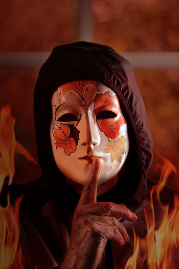 Maschera tra le fiamme Horror Photography Flames Burning Mask Horror Indoors  One Person Adult Hand Index Finger Human Body Part Scary Face Scary Mask Portrait Representing Night Nightphotography Close-up Halloween Halloween Horrors Halloween EyeEm Disturbing Visual Creativity Masked Portrait Masked EyeEmNewHere