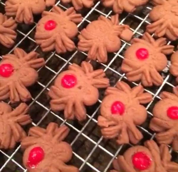 Cookie time!! 👻 Cooking Cookies Cooking At Home Cookies🍪 Gingerbread Galletas Galletasdejengibre Biscotti Biscottihomemade Biscotti & Cafe Cereza HalloweenCookies Mmmm☺ Buono😍 Horneado