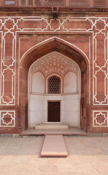 Architecture detail inside the Humayun's Tomb, built by Hamida Banu Begun in 1565-72, Delhi, India ASIA Delhi Empire Humayun India Persian Unesco Architecture Emperor Entrance Grave Heritage Historic History Islam Mausoleum Moghul Mogul Mughal Old Palace Stone Tomb Wall