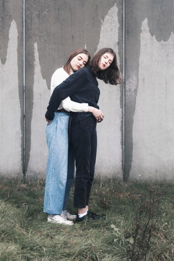 Sweet fragile love Fragile VSCO Pastel Power Fresh On Eyeem  Pieceful #NotYourCliche Love Letter City Young Women Friendship Portrait Full Length Standing Females Women Beautiful People Couple Hugging Posing My Best Photo