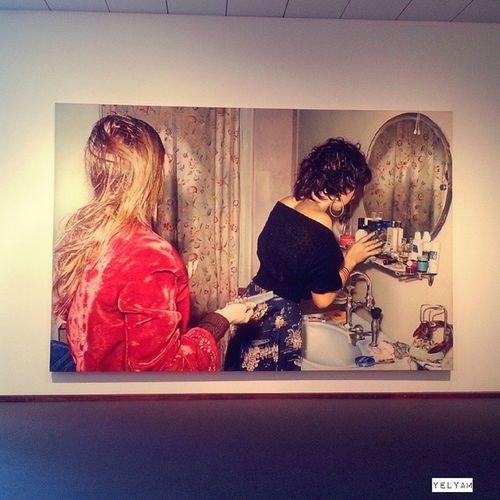 """Dans une expo qui s'intitule """"Extension du domaine de la lutte"""", une photographie de filles se préparant à sortir trouve très naturellement sa place.... Photo de Franz Gretsch """"Barbara und Gaby"""" (Berlin , 1974). Neuenationalgalerie Art Exhibition FranzGretsch photography"""