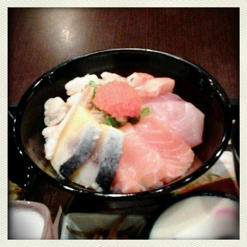 回到中壢真好!肚子餓餓…到日式定時吃沙西米…wow美味!飽足!過癮!魚兒~魚兒,對不起!你成了我五臟廟的祭品。哈!哈!回到家真好。